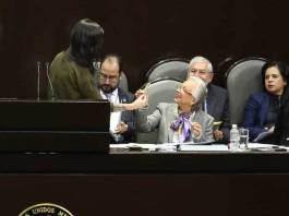 La diputada independiente, Lucía Riojas obsequió un cigarrillo de marihuana a Olga Sánchez Cordero, titular de la Secretaría de Gobernación.