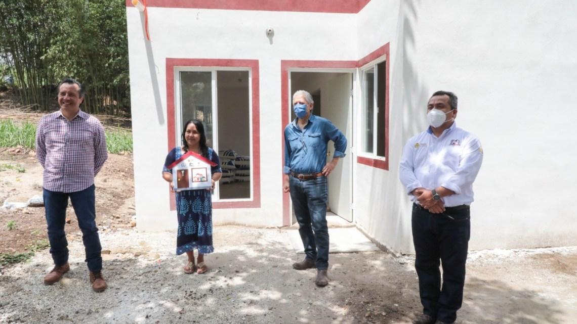 Realiza gobernador Cuitláhuac García tercera entrega de viviendas a familias de escasos recursos