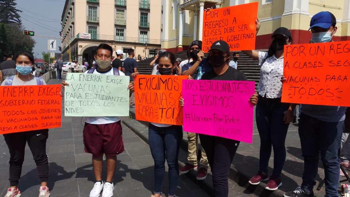 Estudiantes demandan vacuna antiCovid.