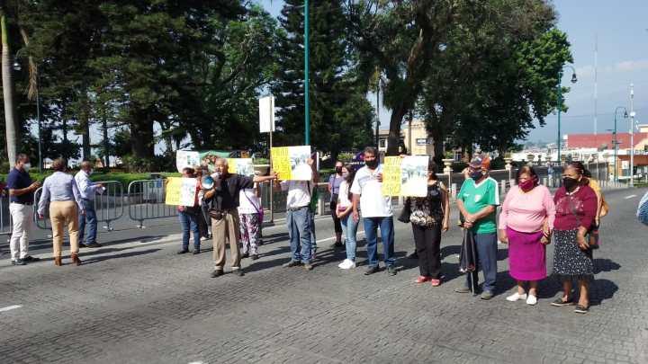 Ambulantes bloquean Enríquez.