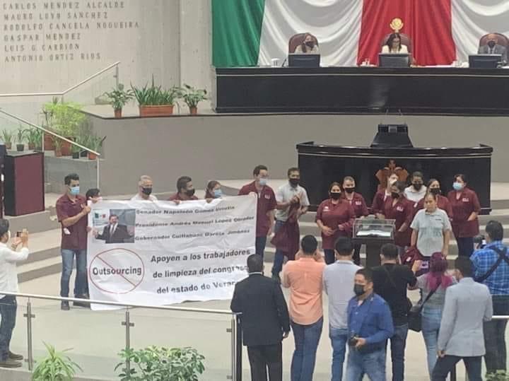 Trabajadores de limpieza del Congreso protestan en plena sesión.