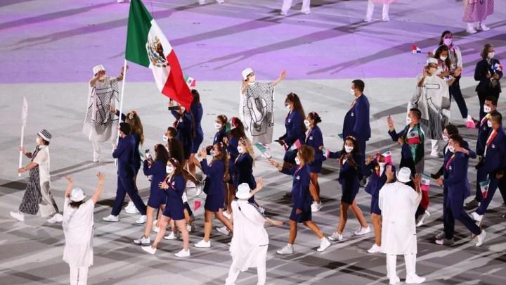 Delegación mexicana desfila en la inauguración de los Juegos Olímpicos 2020