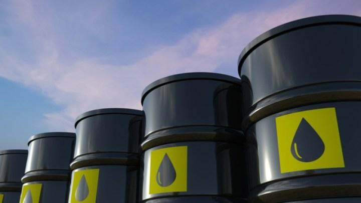Petróleo baja más de 80 centavos lastrado por propagación de variante Delta