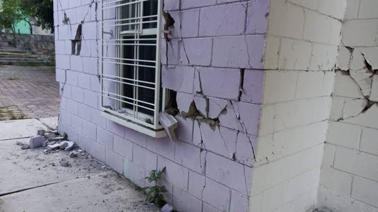 Derrumbes, daños y un muerto, el saldo del sismo en Acapulco