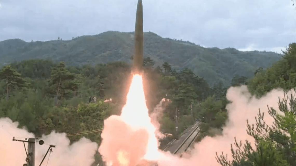 Corea del Norte prueba lanzamiento de misiles desde un tren