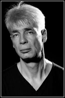Un homme d'une cinquantaine d'années, aux cheveux blancs, Pierre-François Kettler, pose devant la photographe (moyen format N&B). (48)