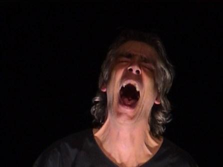Un homme d'une quarantaine d'année hurle à la mort lors d'une représentation du Dernier jour d'un condamné