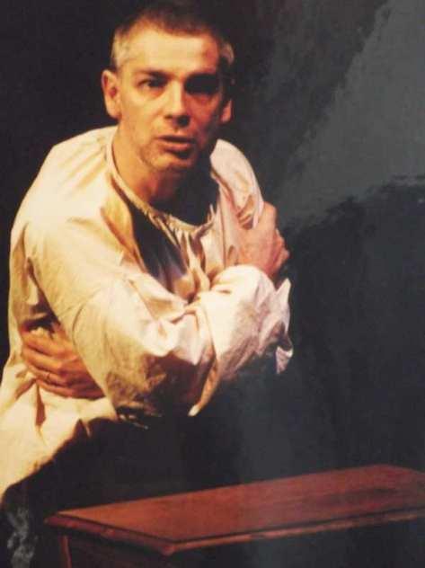 Un homme d'une quarantaine d'année se prend dans ses bras lors d'une représentation du Dernier jour d'un condamné