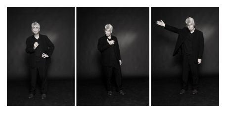 Un hommes d'une cinquantaine d'années, aux cheveux blancs, debout, s'interpose dans trois poses différentes