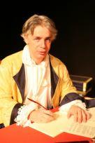 Pierre-François Kettler, la plume à la main, le regard en-dessous, pose dans le costume de Dupuy Vauban qu'il interprétait dans le spectacle Vauban