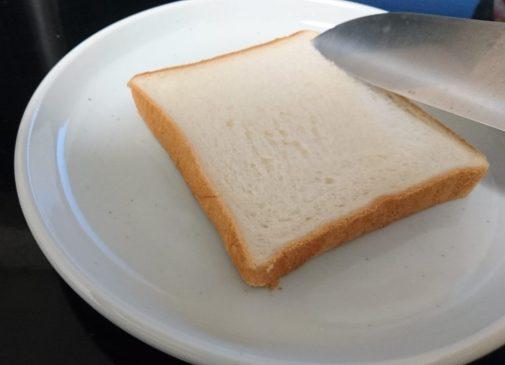 食パンに包丁で切り込みを入れる前の写真