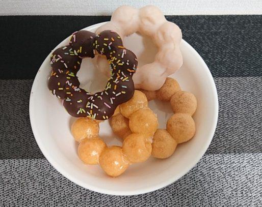 白い皿に盛られた4種のドーナツの写真