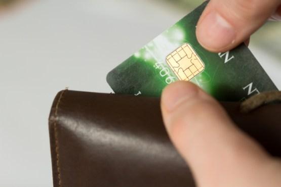 財布からクレジットカードを出す様子