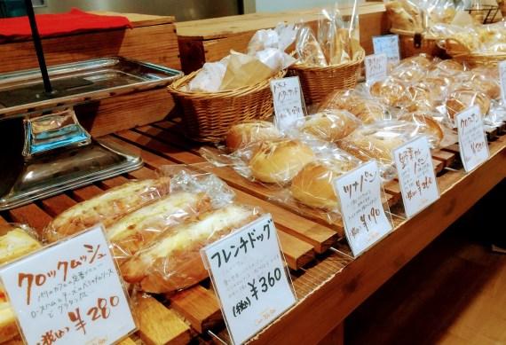 フレンチドックを含む店内に並ぶパン