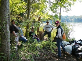 Volunteers collect trash around Mt Island Lake