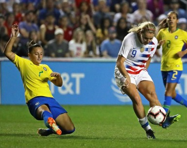 Lindsey Horan makes a kick