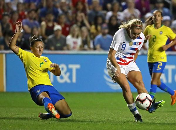 Lindsey Horan makes a kick