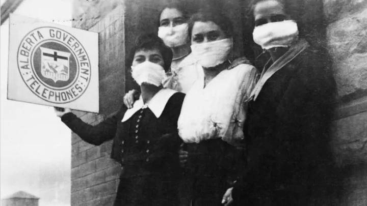 Un groupe d'infirmières à High River, Alberta, porte des masques faciaux pour tenter de repousser la grippe espagnole, octobre 1919. Archives de Glenbow 3452-2.
