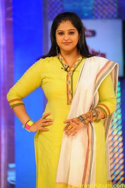 Amisha Patel Cute Wallpapers Raasi Latest Hot Pics Actress Album