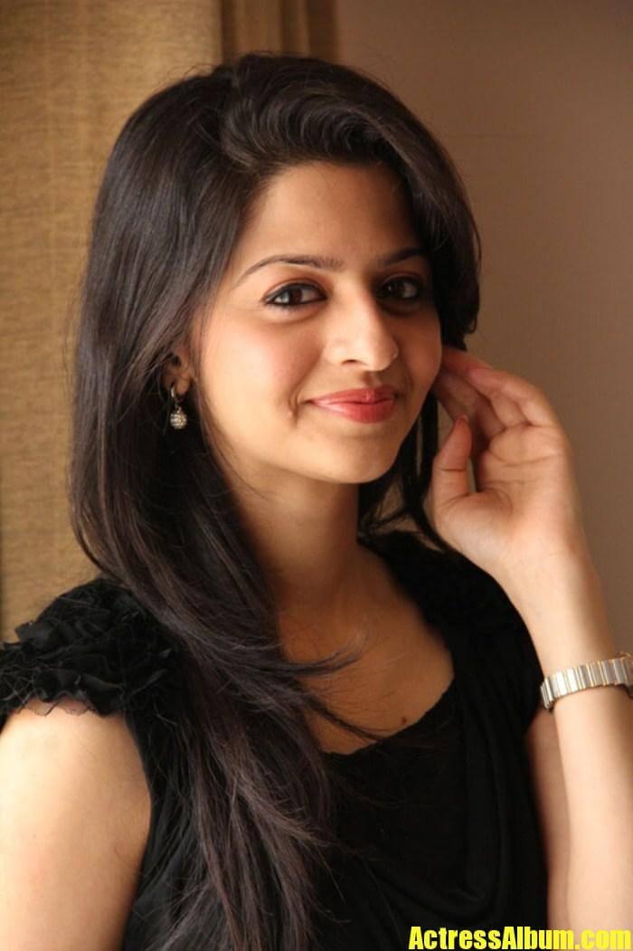 Surabhi Cute Wallpapers Beautiful Malayalam Girl Vedhika Stills In Black Dress