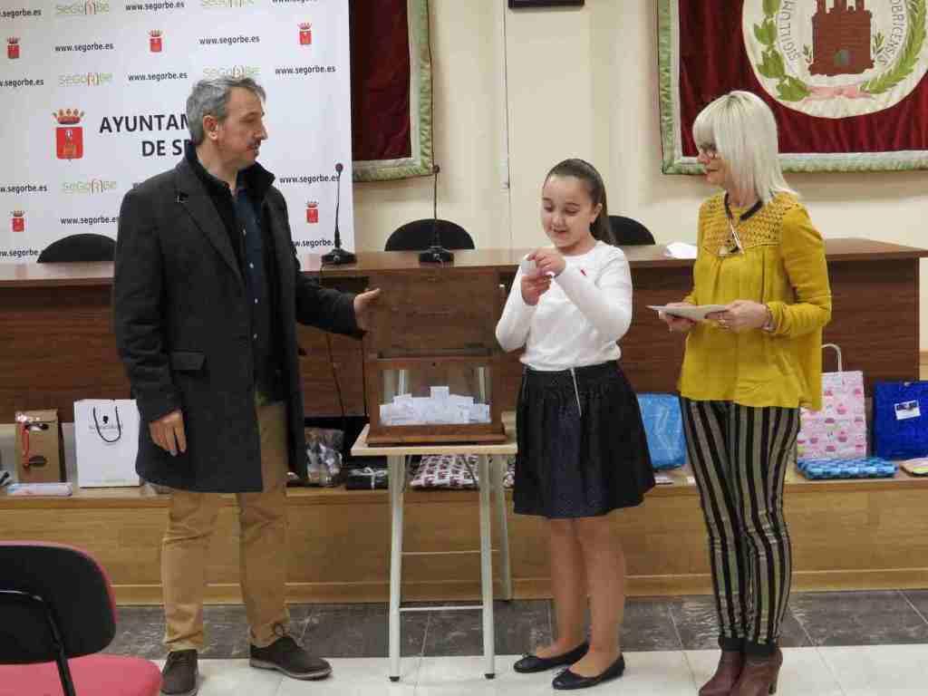 El Alcalde, la Reina Infantil y la Concejala de Comercio durante el sorteo