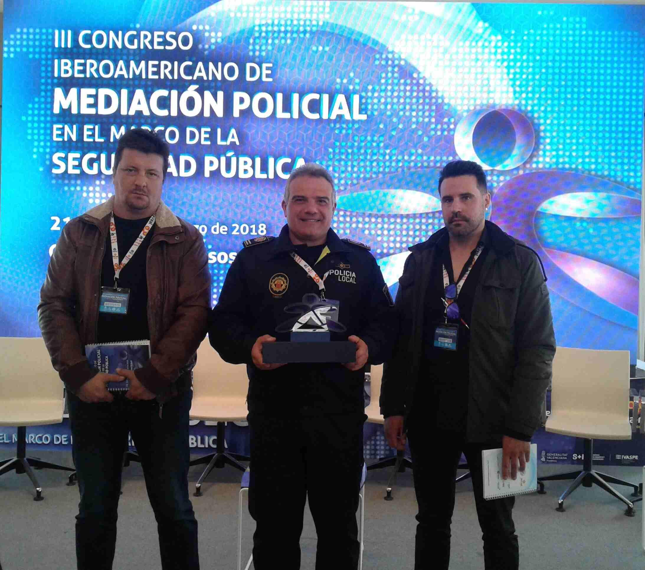 Agentes de la Policía Local de Segorbe reciben un recuerdo a la participación