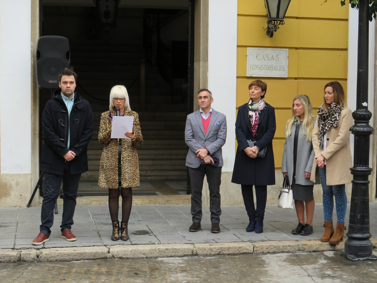 La Concejala de la Mujer, Mª Teresa García, acompañada por parte de la corporación municipal, ha leído un manifiesto con motivo del 8 de marzo