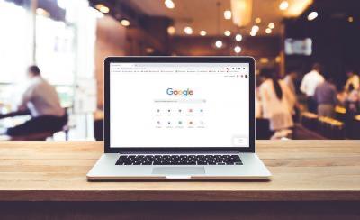 Pantalla de un portátil con varios navegadores alternativos en actualidad accesible News