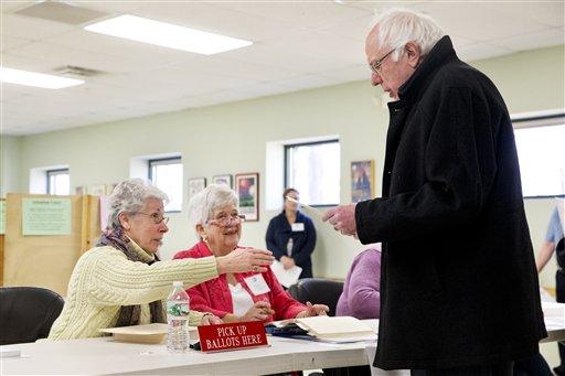 El precandidato demócrata a la presidencia, Bernie Sanders, toma una boleta de votación en el Robert Miller Community and Recreation Center en Burlington, Vermont, el martes 1 de marzo de 2016. (Foto AP/Jacquelyn Martin)