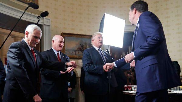 El Presidente Donald Trump saluda al Jefe del FBI, James Comey