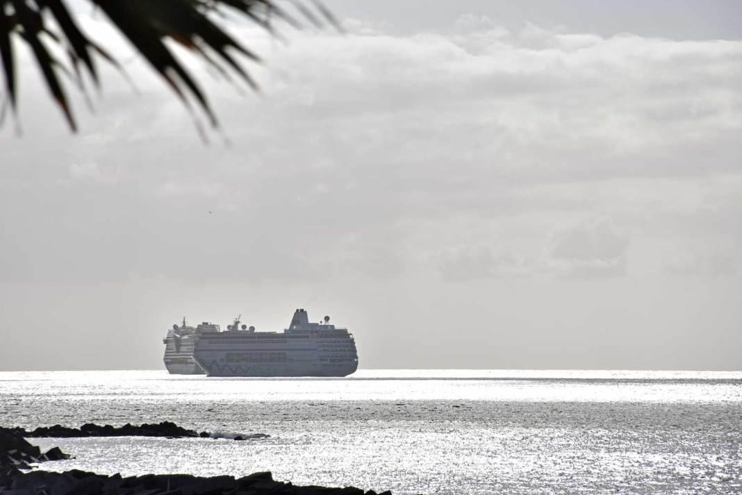 Cruceros fondeados en la bahía de Santa Cruz de Tenerife | @Alicia_Armas