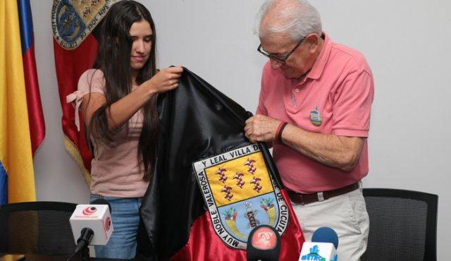 MARÍA CAMILA OSORIO RECIBE LA BANDERA DE CÚCUTA Y SE LA LLEVARÁ PARA AUSTRALIA