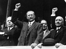 Paris : manifestation du Front Populaire Place de la Nation. De gauche a droite : Madame Leon Blum, Monsieur Roger Salengro et Leon Blum. Maurice Violette. Paris, FRANCE - 14 juillet 1936.
