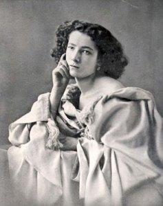 Sarah-Bernhardt-portrait
