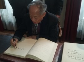 Li Zhaoxing signe le Livre d'Or de la Fondation