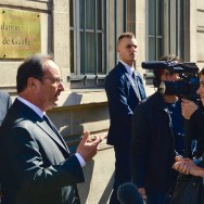 À gauche : M. Jacques Godfrain, Président de la Fondation ; M. François Hollande, Président de la République. © Crédit photo : Fondation Charles de Gaulle