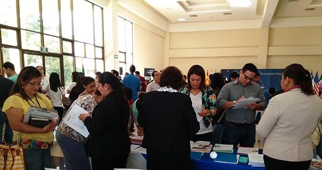 Programme de bourses de FUNIBER reçu avec un grand intérêt lors de la VIe Expo Bourses de troisième cycle 2016 à El Salvador