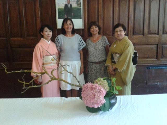 Sur la photo, vous pouvez voir les deux professeures d'ikebana ainsi que Claude Martin et Brigitte Charrac, deux membres très actives de l'association.