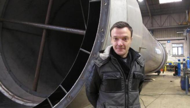 Maxime Sailly devant un échangeur de chaleur, fabriqué pour une usine de République Tchèque.
