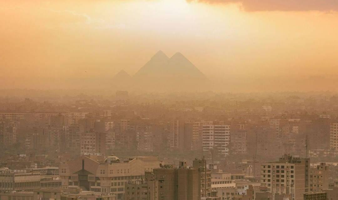 Un coucher de soleil épique sur les pyramides de Gizeh
