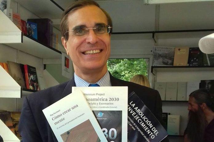 """José Luis Cordeiro: """"La situación de Venezuela se agravará"""" El economista e ingeniero, quien es el coordinador del libro Latinoamérica 2030, aunque cree que en el corto plazo las cosas estarán peor en el país donde nació, el futuro lo augura promisor. CÁNDIDO PÉREZ Fotos: ANDREA HERRERA José Luis Cordeiro, uno de los autores del libro Latinoamérica 2030, considera que pese a la grave situación que, desde muchos puntos de vista, padece Venezuela, el futuro de ese país puede ser mejor, dentro de unos 13 años, que lo que mucho imaginan. Cordeiro estuvo en el stand 48 de la Feria del Libro en el madrileño parque El Retiro firmado algunos de sus trabajos a lectores interesados. """"Mis estudios secundarios lo hice en un liceo público, el Esteban Gil Borges, posteriormente entré a la Universidad Simón Bolívar, el primer año. En ese tiempo Venezuela era un país muy rico y muy próspero y a los mejores alumnos los becaban. Eso ocurrió conmigo, por lo que fui a estudiar en el MTI (Massachussets Institute of Technology) donde estudié dos carreras, ingeniería y economía"""", dijo. José Luis Cordeiro ha trabajado tanto en el mundo económico como el tecnológico. """"En lo económico, me considero el padre de la dolarización en Ecuador; también trabajé en ese mismo rumbo en El Salvador, y además en las """"marquizaciones o euroizaciones"""" en Montenegro, Kosovo, Estonia y Lituania"""", agregó. Sin embargo, Cordeiro señaló que se siente más atraído por el mundo tecnológico, porque considera que en la actualidad es la herramienta que está cambiando el mundo. -Pero las teorías económicas consideran que es la economía la que influye en el resto de las actividades, entre ellas el arte y la tecnología, ¿Qué opina? """"Pero es que la tecnología cambia cada vez más rápido, con una aceleración exponencial, y esos cambios no se quedan sólo en el mundo científico sino que se aplica a la medicina, a la educación, a la agricultura, a la alimentación, a los viajes. Todos esos campos son muy distintos a lo que eran """