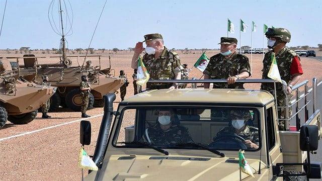 Supervision du commandant de l'armée algérienne sur les manœuvres militaires