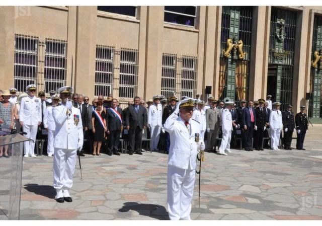 le-vae-yves-joly-avec-le-capitaine-de-vaisseau-christophe-pagot-chef-d-etat-major-(derriere-lui)-salue-la-garde-au-drapeau-1468864476