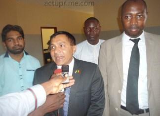 Des hommes d'affaires indiens et l'ambassadeur à Kédougou