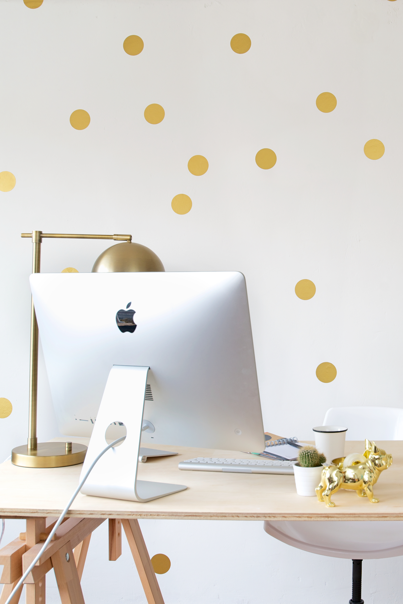 Gouden polkadot statement wall  A Cup of Life