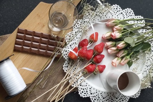 what you need to make chocolate covered strawberry bouquet