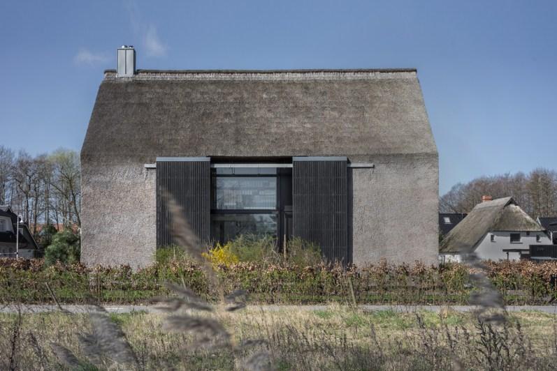 Moderne Architektur Mit Reetdach  Freie Serie In Prerow