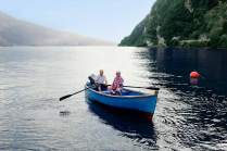 Campingplatzinhaber Enrico (links) rudert mit Stammgast Helmut über den See.