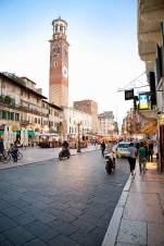 Der Uhrturm Torre del Gardello wacht über die Stadt.