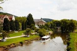 Alles im Fluss: Ausflugsschiff auf der Saale in Bad Kissingen.